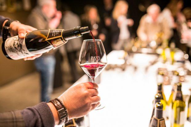 Ausschenken eines Pays d'Oc IGP Weins