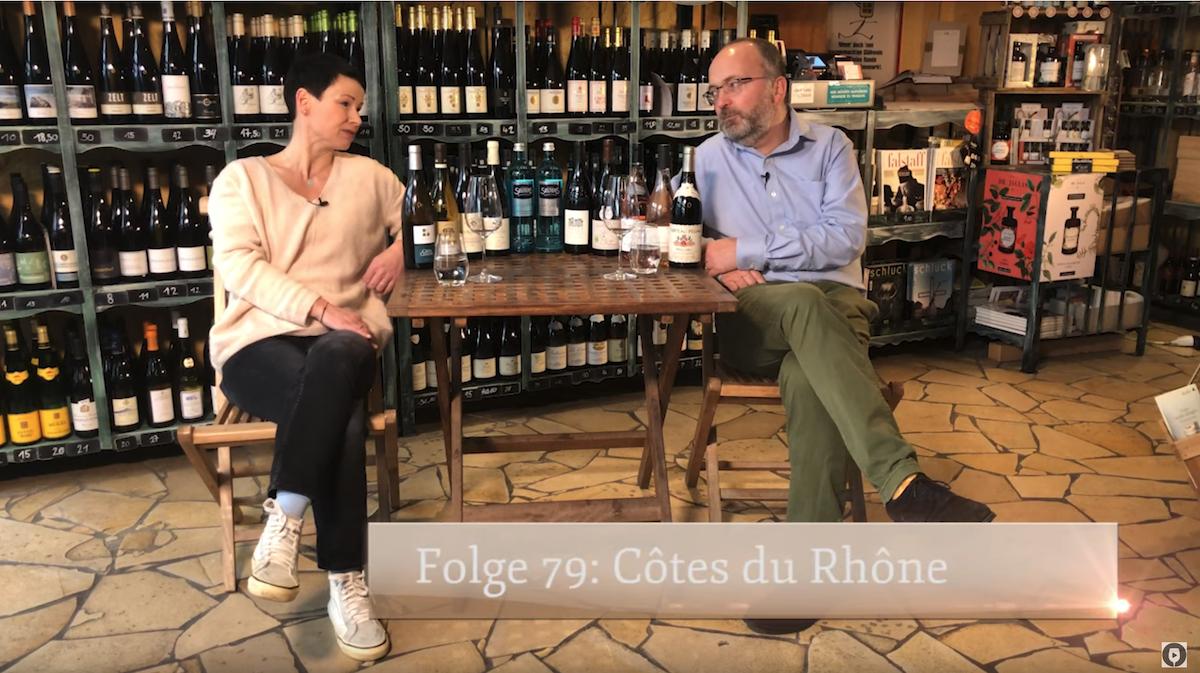 Anja Schröder und Felix Bodman an einem Tisch mit Rhône Weinen