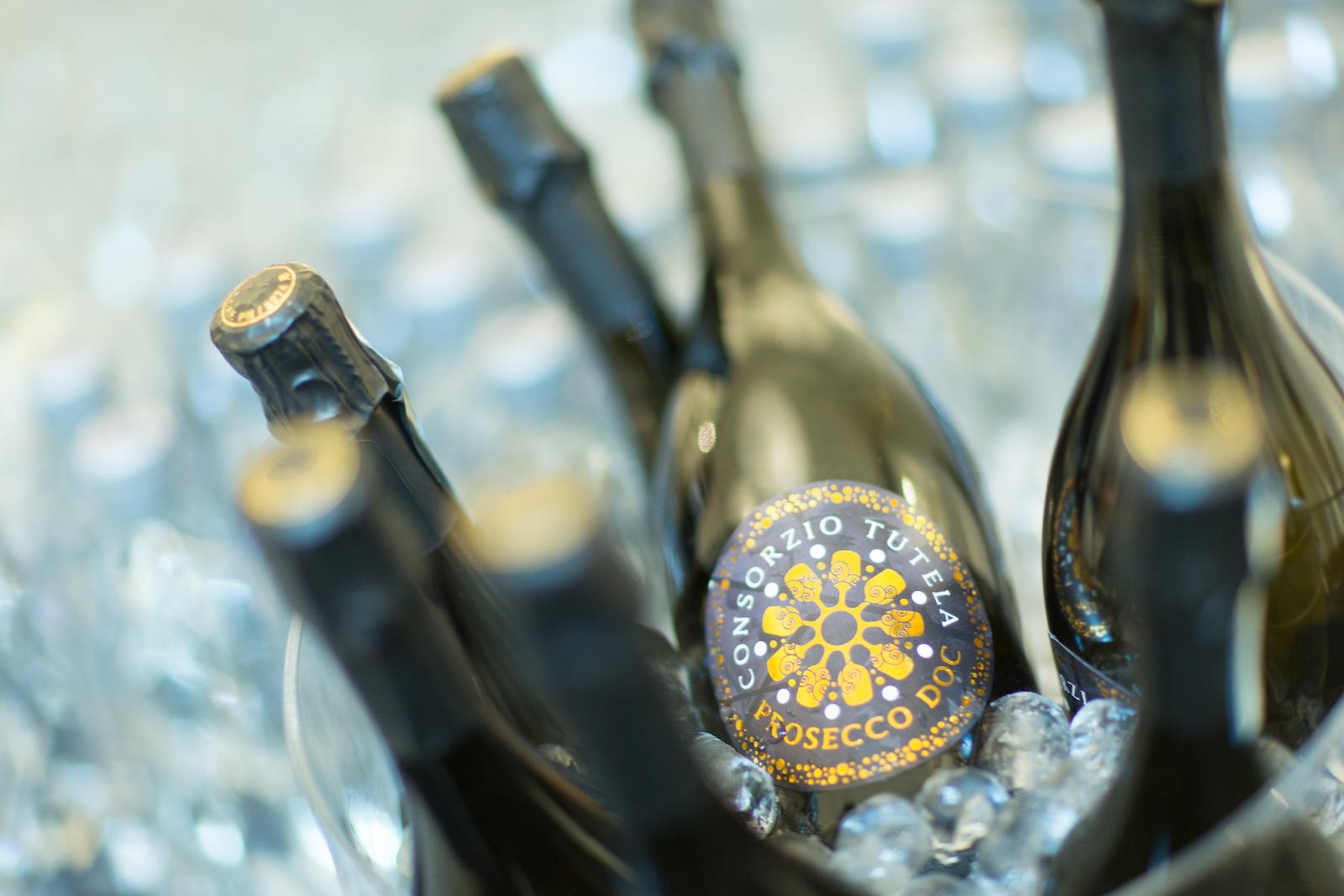 Eisgekühlte Prosecco DOC-Flaschen.