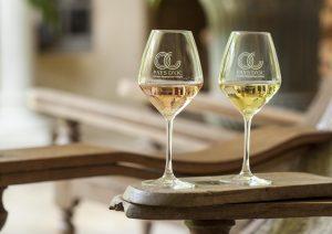 Gläser mit Weiß- und Roséwein aus Pays d'Oc.